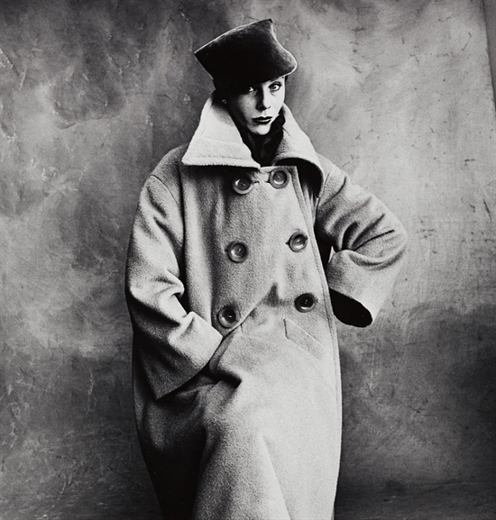 irving-penn-schiaparelli-coat-bettina-a-paris-photographs-zoom_550_577